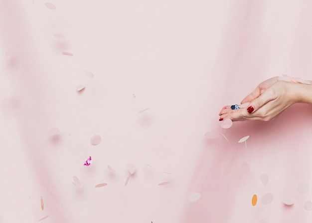 Hände, die konfettis vor gewebe halten Kostenlose Fotos