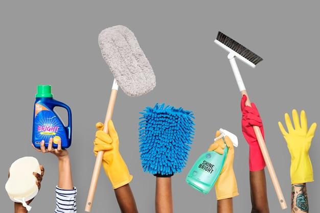 Hände, die reinigungswerkzeuge und -lösungen halten Premium Fotos