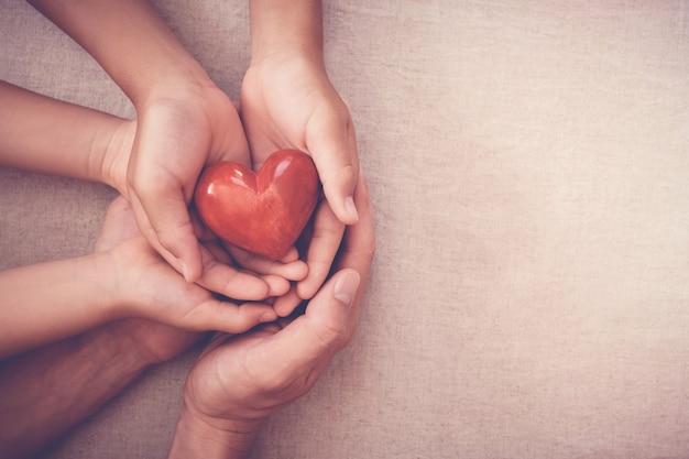 Hände, die rotes herz, krankenversicherung, spendenkonzept halten Premium Fotos