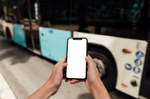 Hände, die telefon mit modell halten Kostenlose Fotos