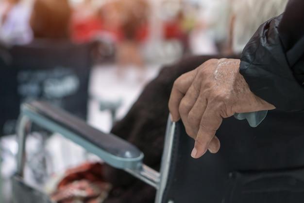 Hände, die warteservicetherapie des behinderten älteren geduldigen sitzenden rollstuhls von doktor in der krankenhausklinik drücken. rollstuhl ist ein rollstuhl mit rädern, der beim gehen schwer und nicht krank zu machen ist Premium Fotos
