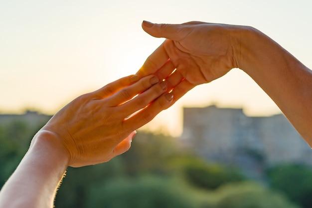 Hände, die zusammen geste von fingern zeigen Premium Fotos