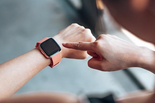 Hände frau mit einer smartwatch Premium Fotos