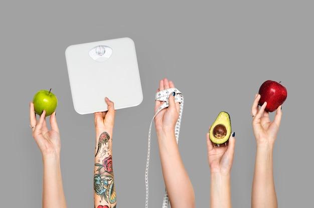 Hände halten gesunde gegenstände Premium Fotos