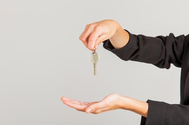 Hände halten schlüssel Kostenlose Fotos