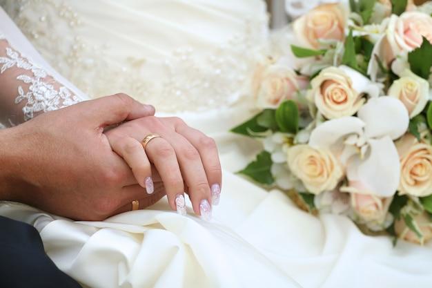 Hände halten und ein blumenstrauß Premium Fotos