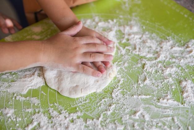 Hände kneten den teig hausgemachtes gebäck für brot oder pizza bäckerei Premium Fotos