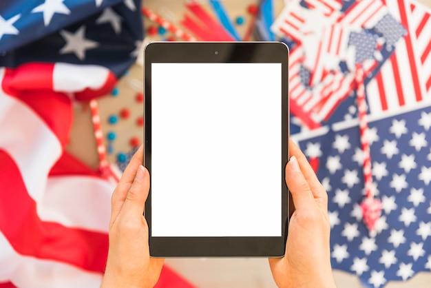 Hände mit tablette auf unscharfem hintergrund Kostenlose Fotos