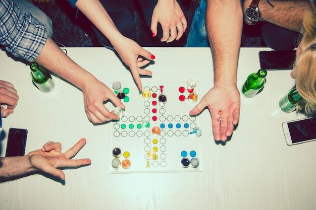 Hände spielen mit einem brettspiel auf der party Kostenlose Fotos