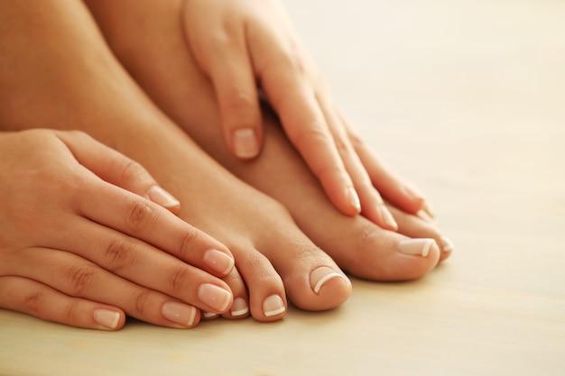 Hände und füße einer frau | Kostenlose Foto