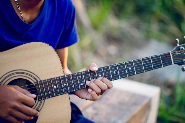 Hände und gitarren der gitarristen, die gitarre, musikinstrumente spielen Premium Fotos