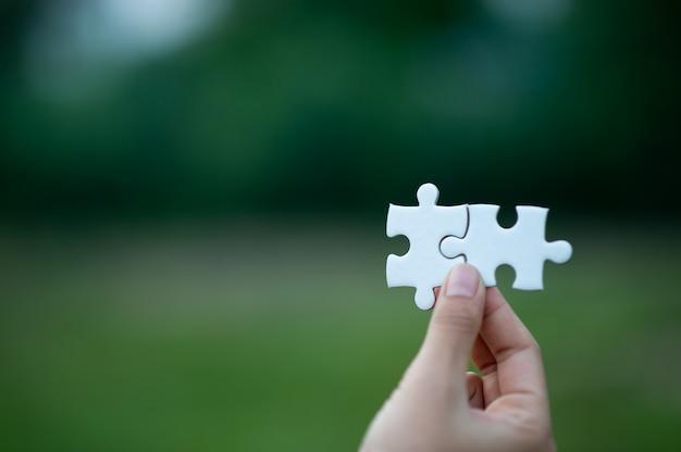 Hände und puzzlespiele, wichtige stücke teamwork teamwork-konzept Premium Fotos