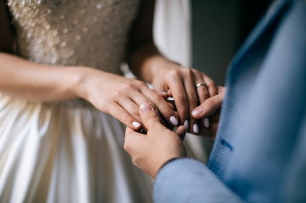 Hände von braut und bräutigam. liebeskonzept Premium Fotos