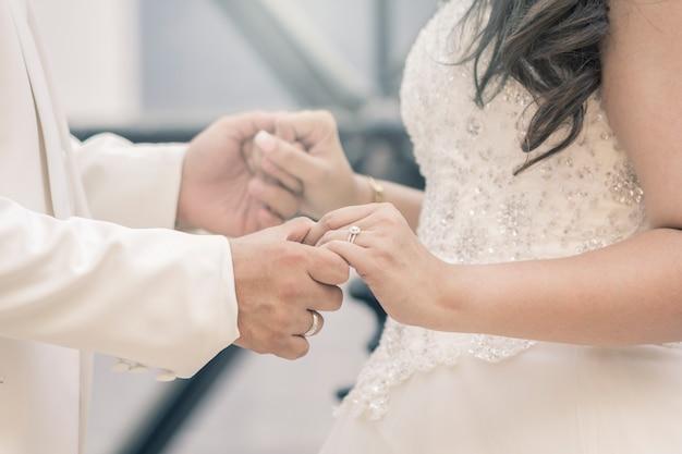 Hände von braut und bräutigam mit ringen Premium Fotos