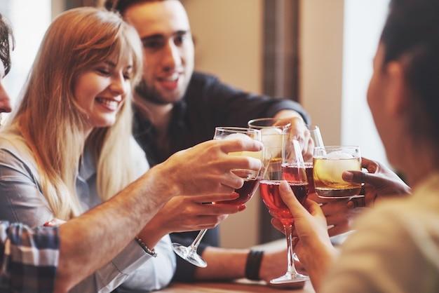 Hände von leuten mit gläsern whisky oder wein, feiern und rösten Premium Fotos