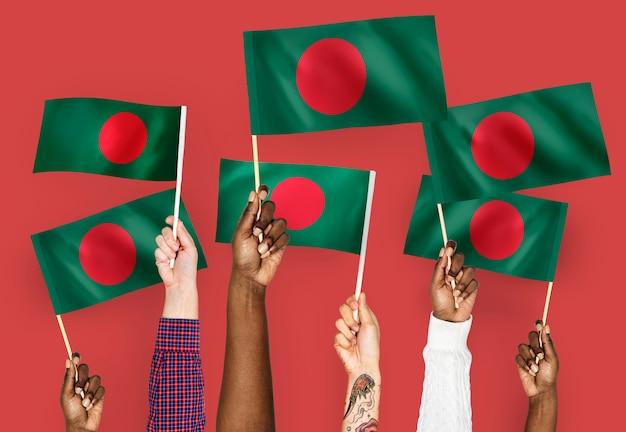 Hände wehende fahnen von bangladesch Kostenlose Fotos