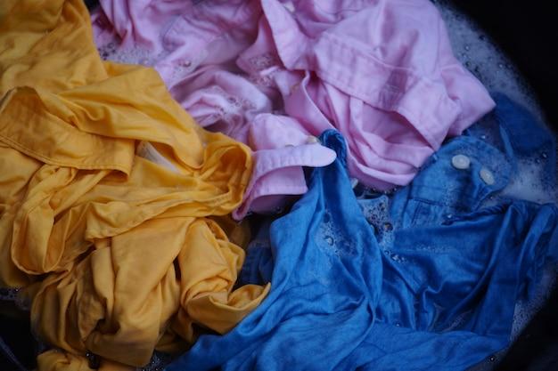 Händewaschen gelbes, rosa, blaues hemd mit weißem becken der blase. Premium Fotos