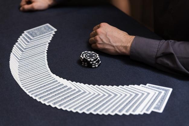 Händler, der das deck am pokerspiel verbreitet Premium Fotos