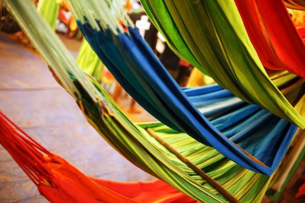 Hängematten von verschiedenen farben, farben des regenbogens auf dem nachtmarkt in goa Premium Fotos