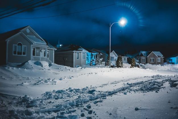 Häuser in der nacht mit schnee Kostenlose Fotos