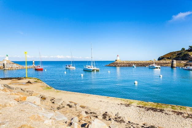 Hafen von sauzon in frankreich auf der insel belle ile en mer im morbihan Premium Fotos