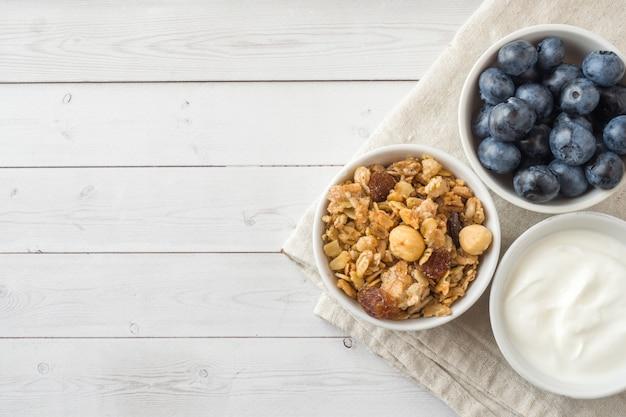 Haferflocken, granulat und nussmüsli mit heidelbeeren. das konzept der gesunden ernährung, frühstück. Premium Fotos