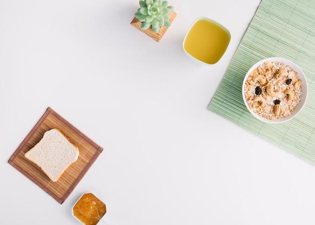 Haferflocken in schüssel mit toast und marmelade auf dem tisch Kostenlose Fotos