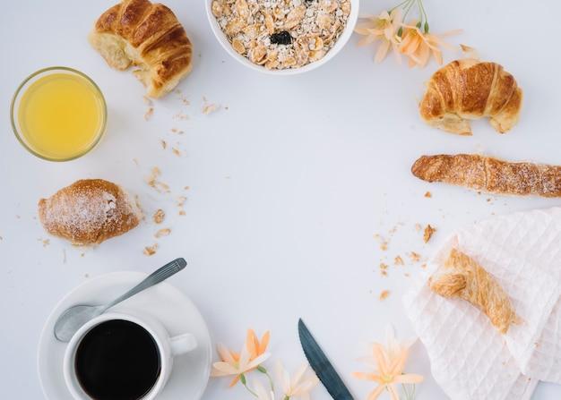 Haferflocken mit croissants und kaffee auf dem tisch Kostenlose Fotos