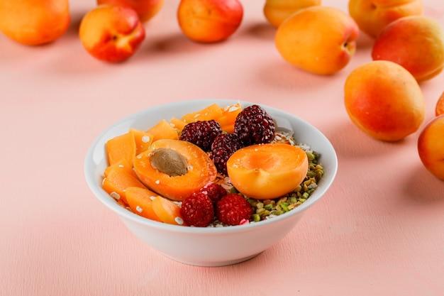 Haferflocken mit pistazien, aprikosen, beeren in einer schüssel Kostenlose Fotos
