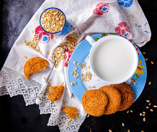 Hafermehlplätzchen mit milch. esser, konzept des gesunden lebensmittels Premium Fotos