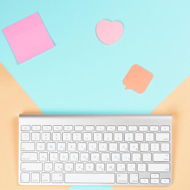 Haftnotizblock; herzform und sprechblase mit drahtloser weißer tastatur auf dualem hintergrund Kostenlose Fotos