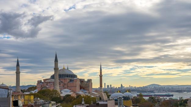 Hagia sofia mit blick auf istanbul-stadtskyline in der türkei Premium Fotos