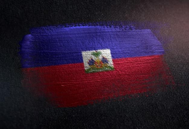 Haiti-flagge gemacht von der metallischen bürsten-farbe auf dunkler wand des schmutzes Premium Fotos