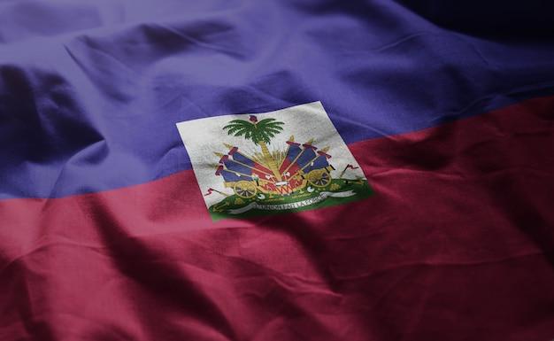 Haiti-flagge zerknittert nah oben Premium Fotos