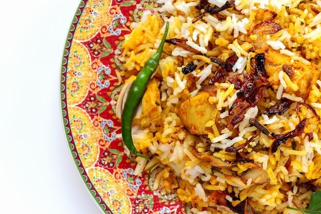 Halal indisches huhn biryani serviert mit joghurt tomate raita Premium Fotos