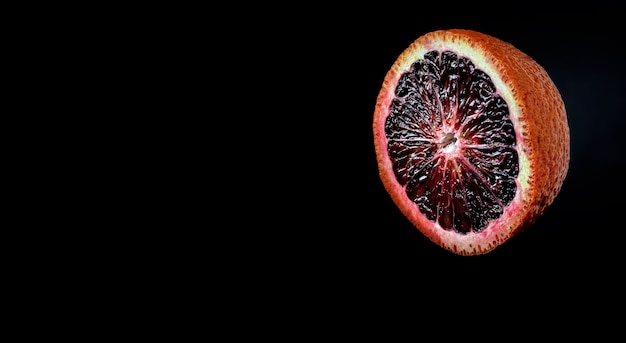 Halb saftig reif sizilianisch rot orange im dunkeln Kostenlose Fotos