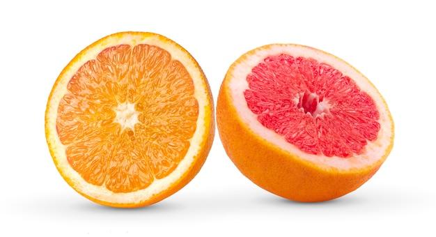 Halbe grapefruit und orange auf weißer wand Premium Fotos