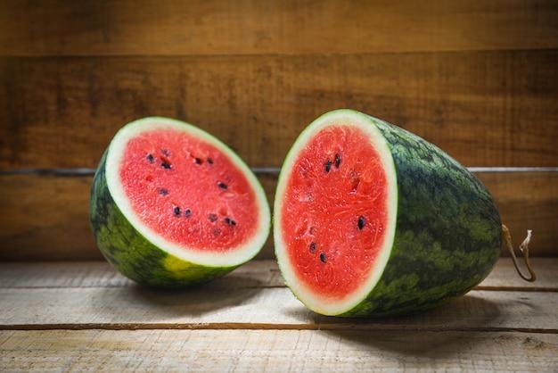Halbe sommerfrucht der wassermelonenscheibe Premium Fotos