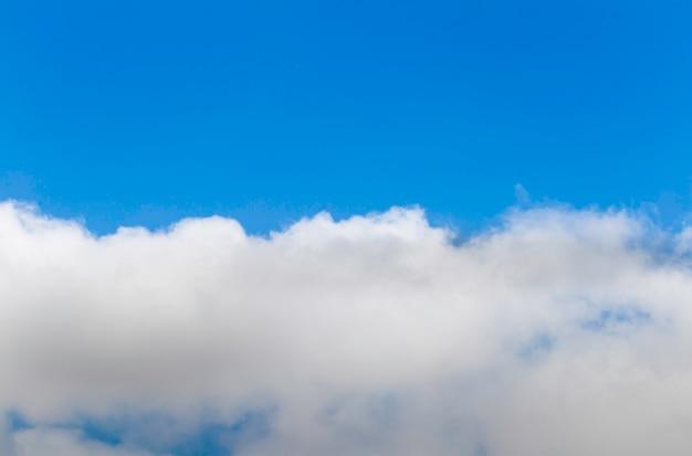 Halber blauer himmel und halber himmel mit wolke Premium Fotos