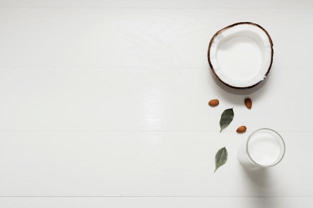 Halbierte kokosnuss auf weißem hintergrund mit kopienraum Kostenlose Fotos