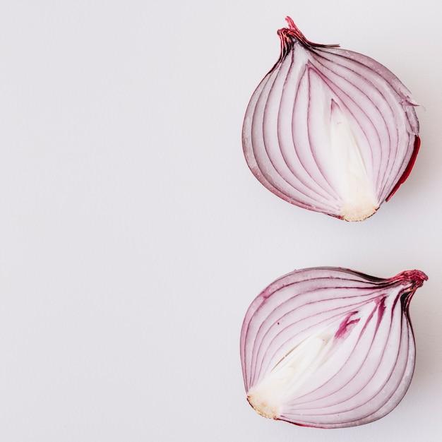 Halbierte zwiebel lokalisiert auf weißem hintergrund Kostenlose Fotos