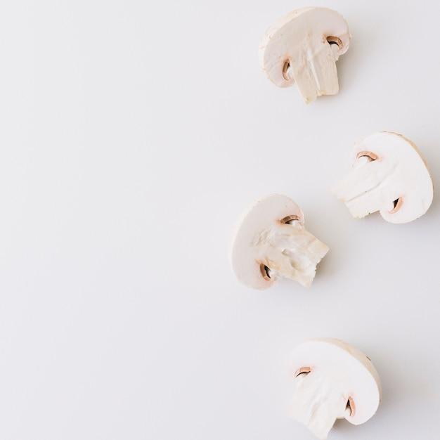 Halbierter weißer pilz lokalisiert auf weißem hintergrund Kostenlose Fotos
