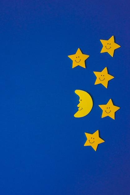 Halbmond und gelbe sterne gegen den blauen nächtlichen himmel. bewerbungsunterlagen. kopieren sie platz Premium Fotos