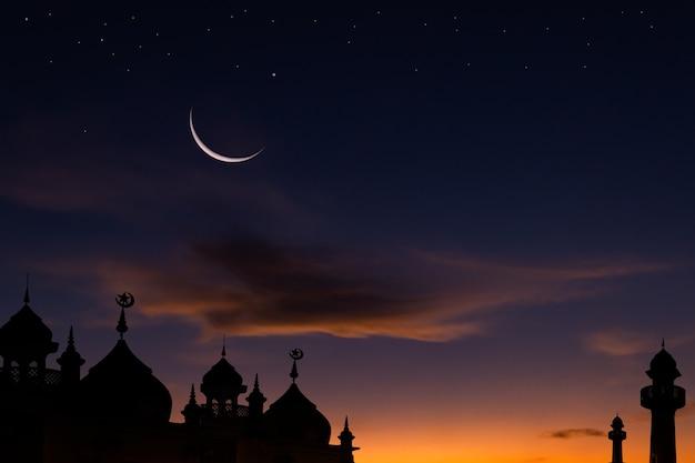 Halbmondhimmel auf dunkelblauer dämmerung über islamischer moschee Premium Fotos