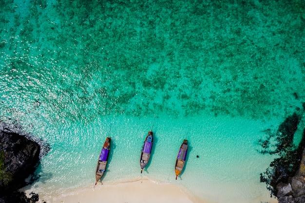 Hallo jahreszeitboot und -touristen auf vogelperspektive phiphi-insel krabi thailand vom brummen Premium Fotos