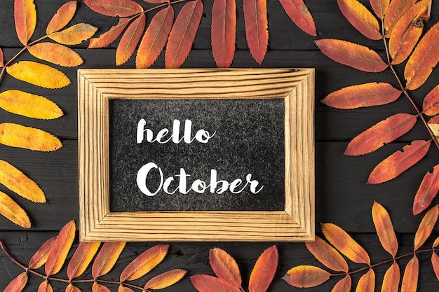 Hallo oktober schriftzugrahmen. konzept der herbstsaison Premium Fotos