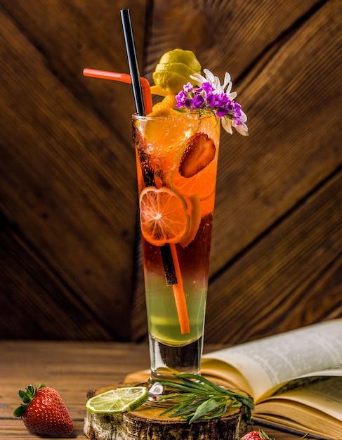 Halloween-artcocktailglas mit reichen farben und früchten Kostenlose Fotos