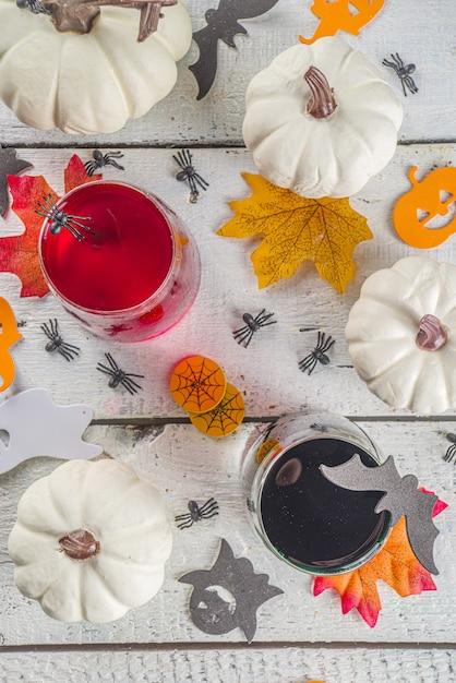 Halloween cocktails auf dem tisch Premium Fotos