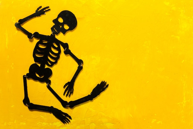 Halloween-dekorationen auf dem tisch Premium Fotos