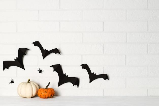 Halloween-dekorationen auf weißer backsteinmauer Premium Fotos